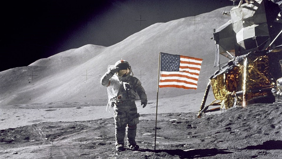 5 Evidences Prove Neil Armstrong Met Aliens On The Moon
